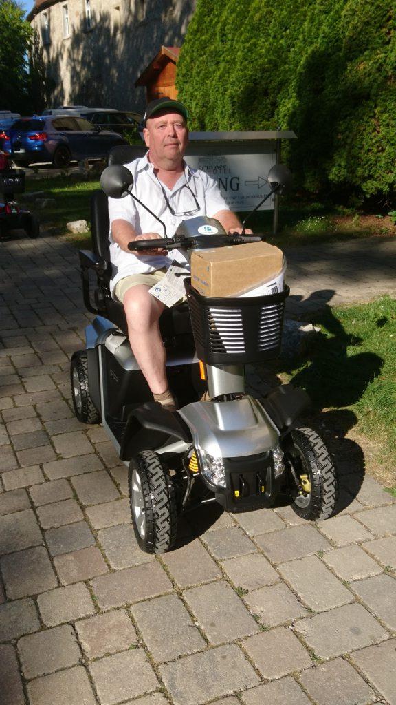 Hartmut Volk bei der Probefahrt mit dem E-Scooter.